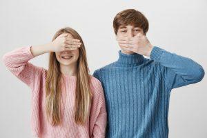口を隠す時の心理でわかる相手の思いについて